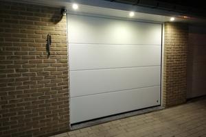 Porte sectionnelle blanche motorisée au Bizet