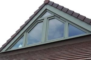 Fenêtre PVC triangulaire double ouvrants et impostes